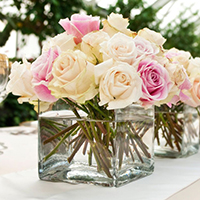 wedding-flower-arrangements-buffet-designs-using-beautiful-fresh-roses-arranged-in-the-clear-cubical-vases